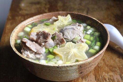 Đây là một món canh chế biến khá đơn giản, với vị chua nhẹ của khế và thịt bắp bò mềm.
