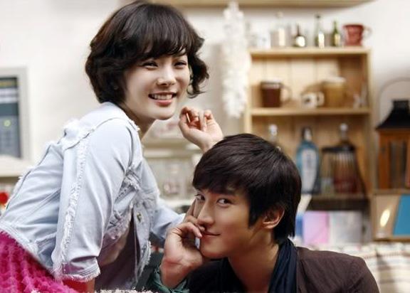 """Chae Rim và Choi Si Won trong bộ phim Hàn """"Oh My Lady"""". Cuộc tình của chàng """"phi công"""" trẻ và một phụ nữ đã qua một đời chồng đã thu hút nhiều sự chú ý của khán giả. Bất chấp sự cách biệt tuổi tác, Choi Si Won và Chae Rim vẫn rất đẹp đôi."""