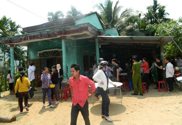 Người dân tập trung tại nhà thầy giáo Đinh Văn Đương.