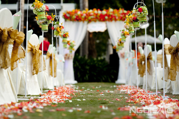 Confetti-outdoor-wedding-24-7831-1396319