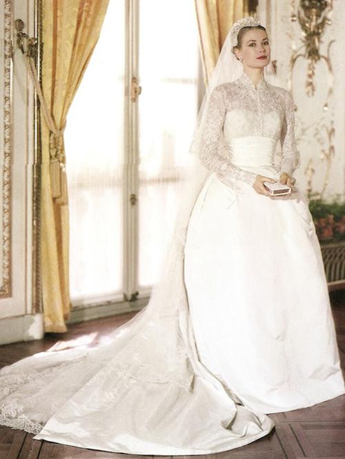 Váy cưới dài tay phong cách hoàng gia