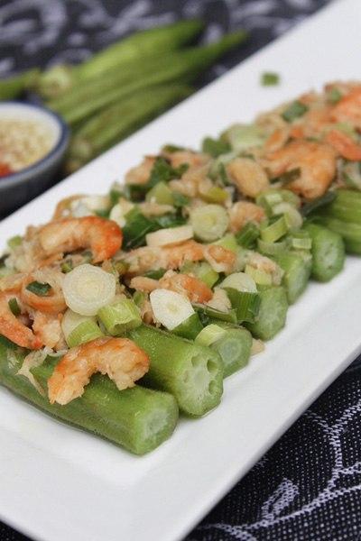 Món ăn đơn giản, nguyên liệu dễ tìm, ngon miệng với đậu bắp hấp giòn, quyện với mỡ, hành xanh, thơm thơm mùi tôm khô.