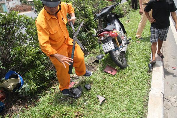 2 chiếc xe máy của các nạn nhân bị bẹp dúm, biến dạng.
