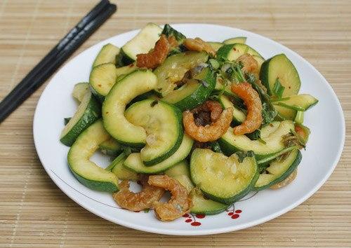 Vị ngọt tự nhiên của bí ngồi được xào cùng với tôm khô làm món mặn ăn với cơm đơn giản và rất dễ thực hiện.