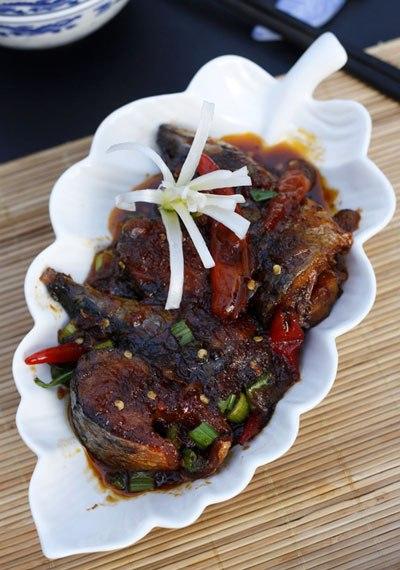 Món cá kho với vị chua nhẹ của me và cay của ớt, thịt cá chắc, vừa ăn vừa hít hà thật ngon.