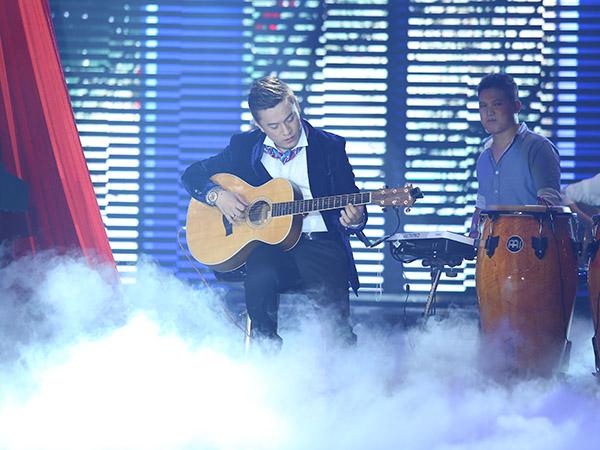 Lam Trường cũng trổ tài đàn guitar với bản 'Romance'.