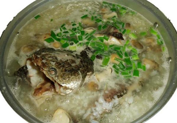 Món ăn dân dã, đặc trưng của vùng sông nước miền Tây. Nguyên liệu nấu món này gồm cá lóc đồng và rau đắng. Cá lóc đồng sau khi làm sạch, đem luộc chín, lột da và lấy hết xương, thịt cá trắng tinh được xếp gọn gàng trên đĩa. Thành phần làm nên gia vị cho món ăn là rau đắng. Người dân miệt vườn khi ăn món này chỉ cần đi một vòng trong vườn nhà là có đủ một rổ rau đắng tươi thơm ngon. Múc cháo ra bát, cho vào ít thịt cá lóc và thưởng thức với đĩa rau đắng tươi ngon. Bạn có thể nêm thêm một tí nước mắm, một lát chanh để món ăn thêm đậm đà, ngon miệng.