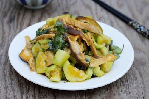 Món ăn đơn giản với nấm và mướp giòn ngọt, thực đơn dành cho những bà nội trợ bận rộn.