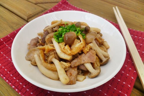 Nấm ngọt mềm, xào cùng đậu rán và thịt nạc với vị đậm đà của dầu hào cho bữa cơm của bạn thêm một món ăn ngon.