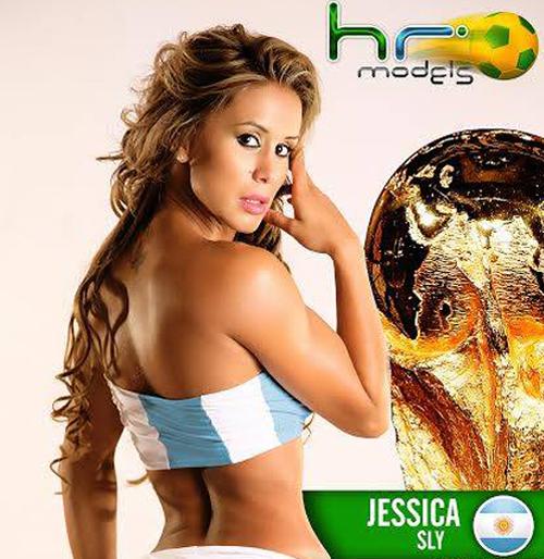Chân dài Jessica Sly với trang phục mang màu áo của tuyển Argentina.