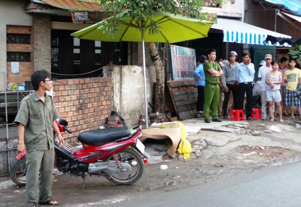 Nam thanh niên gục chết bên cạnh xe máy. Ảnh: Châu Thành