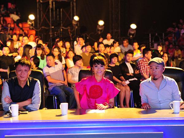 [CaptionĐêm liveshow đầu tiên của Tuyệt đỉnh tranh tài đã diễn ra đầy thành công, khán giả mong chờ được xem 10 gương mặt này cùng tranh tài trong đêm thi chính thức đầu tiên với thể loại Rock.