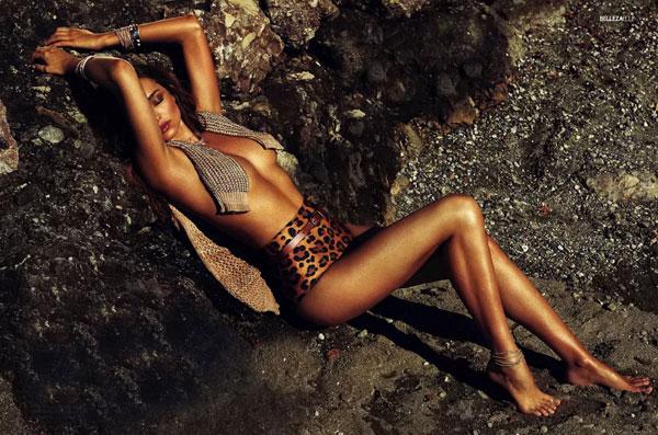 Miranda Kerr bất ngờ nude với bikini trên biển