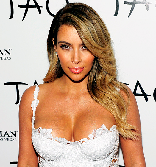 Kim Kardashian mặc trễ nải khoe hai bầu ngực sữa tại tiệc sinh nhật 33 tuổi của cô ở Las Vegas tháng 11/2013.