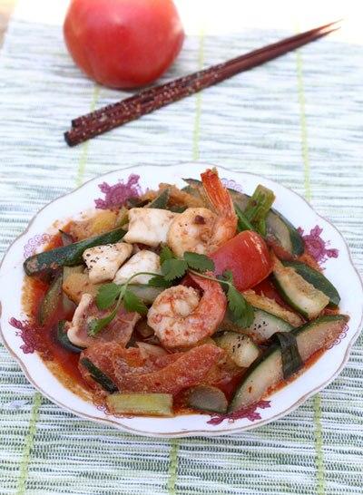 Vị ngọt tự nhiên của dưa leo, cà chua và dứa được xào cùng sẽ làm món ăn thêm đậm đà.