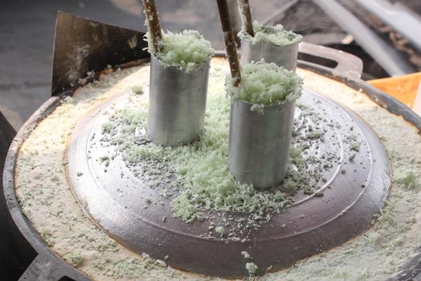 Bánh ống được làm từ bột gạo xay nhuyễn trộn với màu của lá dứa, đường và nước cốt dừa.