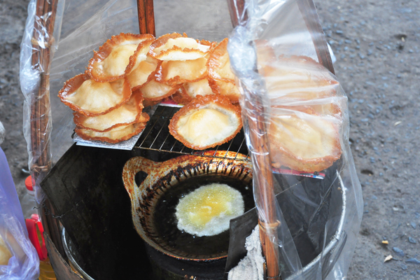 Bánh tai yến có nguồn gốc từ miền Tây, theo chân những người dân quê lên Sài Gòn lập nghiệp. Sở dĩ, bánh có tên gọi là tai yến vì hình dáng bên ngoài của bánh giống như tổ chim yến. Bánh tai yến có công thức chế biến khá đơn giản, nguyên liệu chủ yếu bao gồm đường, bột gạo, một ít bột năng, nước cốt dừa. Dầu ăn cho vào chảo nhỏ, đến khi dầu sôi thì đổ úp từng thìa bột xuống chảo, động tác phải nhanh và dứt khoát để bột bám vào nhau thành hình tròn, không bị rây ra xung quanh. Khi phần bột giữa chín phồng lên, viền bánh cong lại, rám vàng, bánh có hình chiếc nón úp ngược thì vớt ra, xếp bánh lên khăn giấy cho thấm bớt dầu, rồi bày ra đĩa. Chiếc bánh tai yến đạt yêu cầu và làm người thưởng thức thấy ngon miệng là khi viền bánh giòn, chính giữa bánh mềm dai. Người ta thường ăn bánh tai yến ngay khi còn nóng để thưởng thức vị giòn ngọt của nó, kèm theo đó là ly trà nóng. Nhưng cũng có người để bánh nguội rồi mới thưởng thức, bởi tai yến để càng lâu thì phần ruột bánh càng mềm dai, ăn rất thơm mát. Hiện nay, mỗi chiếc bánh tai yến có giá 5.000 đồng.