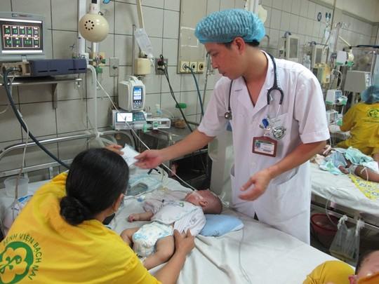 Bé Anh Đức đang được điều trị biến chứng sởi tại bệnh viện Bạch Mai.