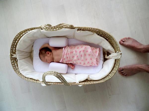 Bế một em bé giống như ôm một quả bom nổ chậm. Chỉ một chuyển động nhỏ cũng có thể khiến quả bom nổ