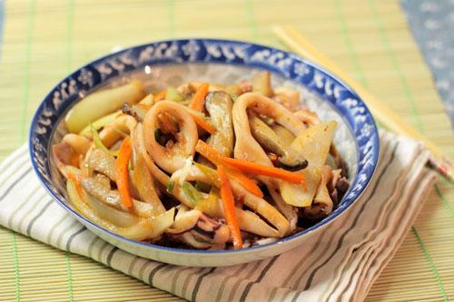 Mực giòn giòn được xào với nấm, cà rốt, hành tây làm món nhắm cũng tuyệt mà làm món mặn ăn với cơm cũng ngon.