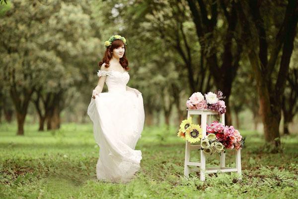 Váy ren trắng chụp ảnh cưới mùa hè