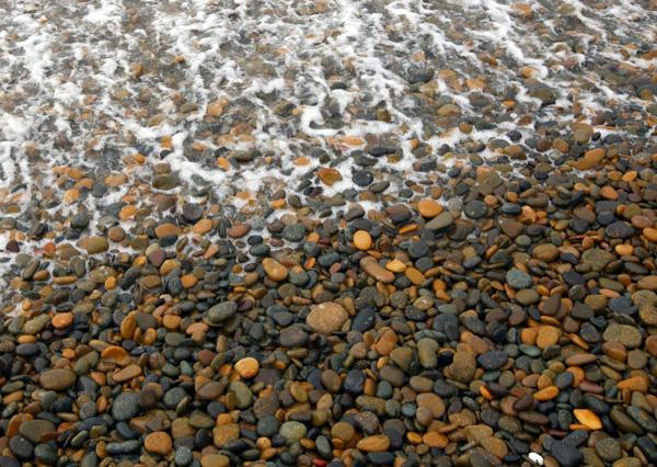 Dưới những đợt sóng và ánh nắng, cả bãi đá ánh lên những gam màu lung linh như những viên ngọc thuần khiết nhất