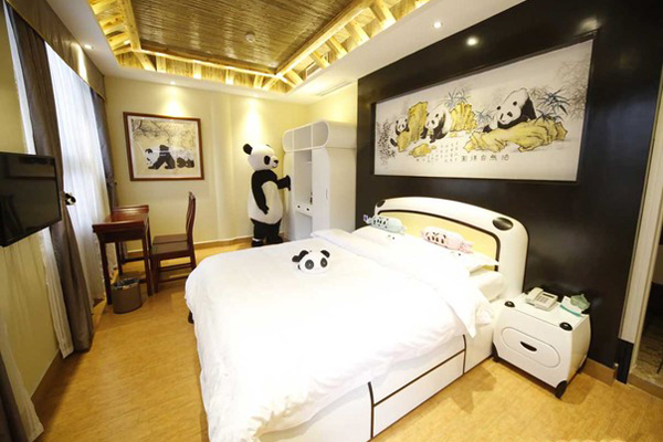 """Nằm ở chân núi Nga Mi ở Emeishan, ở tỉnh Tứ Xuyên phía tây nam của Trung Quốc, có 32 phòng, Panda Inn được thiết lập để mở vào tháng Năm. Quảng cáo là khách sạn theo chủ đề gấu trúc đầu tiên trên thế giới, tất cả mọi thứ bên trong sẽ là một cống nạp cho các loài đang bị đe dọa, thậm chí nhân viên của mình. Khách sạn nhằm mục đích là """"một đại dương thực sự của văn hóa gấu trúc"""", theo giám đốc """"Panda Tần"""" trên trang web của khách sạn."""