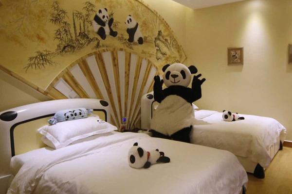 Màu đen và trắng bunkmate  Hoàn chỉnh với tai và bàn chân, giường gấu trúc khổng lồ có thể là gần nhất bao giờ bạn sẽ nhận được ngủ trên những sinh vật lông.