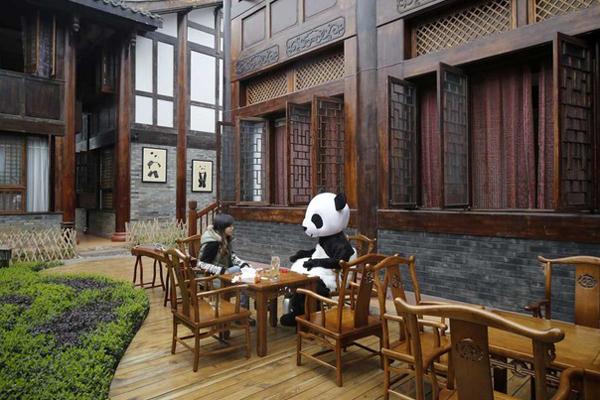 Người phục vụ trong bộ quần áo chim cánh cụt tại các nhà hàng ưa thích? Què. Hãy thử nhân viên tận tụy trong bộ quần áo gấu trúc đầy đủ.