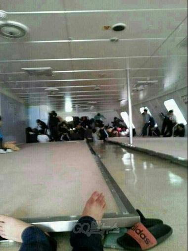 Hành khách, trong đó nhiều người không có áo phao cứu sinh, mắc kẹt trên phà Sewol chờ lực lượng cứu hộ giải thoát.
