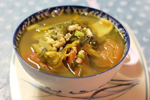Dưa cải chua giòn giòn, chua chua, quyện với thịt hến ngọt tạo thành món canh ngon, giá thành lại rẻ.