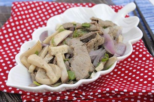 Món xào với nấm giòn và ngọt, thịt bò mềm, đơn giản nhưng đủ chất cho cả gia đình.