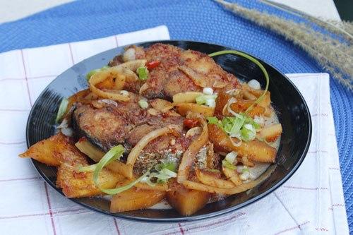 Từng lát cá thấm gia vị, xen lẫn với cùi dừa giòn và dứa thơm ngọt, cay nồng của ớt, thích hợp dùng với cơm trắng.