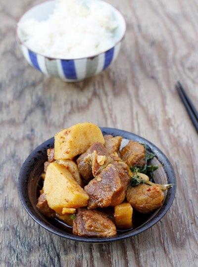 Món mặn ăn với cơm có phần thịt thấm gia vị và khoai sọ bùi bùi cho bữa tối ngon miệng.