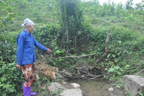 Bà lang Nguyễn Thị Di bên mó nước có tác dụng chữa bệnh.
