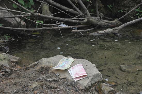 Sau khi múc nước, người dân đều đặt lại một ít tiền lẻ.