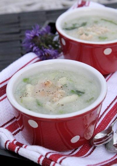 Bát cháo nóng hổi với vị ngọt từ tôm, dẻo thơm của gạo nếp và gạo tẻ, quyện với mùi thơm của rau mùi và hành lá, người lớn hay trẻ con đều thích.
