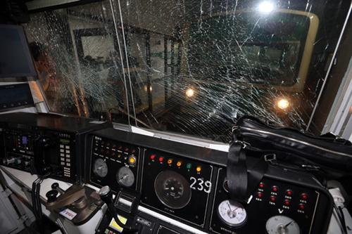 Theo báo cáo hiện tại,  nguyên nhân xảy ra tai nạn có thể là do thiết bị tự động duy trì khoảng cách an toàn bị hư. Đây là thiết bị được lắp trên tất cả hệ thống tàu điện ngầm ở Seoul. Thiết bị này sẽ giúp các tàu sẽ tự động dừng lại nếu khoảng cách giữa các tàu thu hẹp gần đến 200m. Theo Seoul Metro, đây là lần đầu tiên thiết bị này bị hư. Hai chiếc tàu điện được sản xuất vào năm 1990 và 1991.