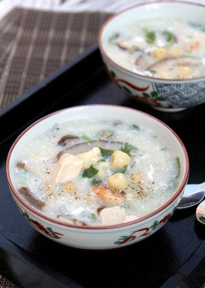Món súp nóng hổi với vị thanh mát của hạt sen bùi, nước dùng ngọt từ tôm, thêm đậu phụ và nấm, người lớn hay trẻ con đều yêu thích.