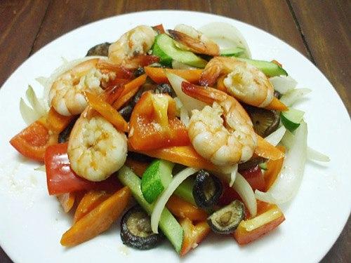 Món ăn bắt mắt với 5 màu sắc của rau củ và nổi bật vị ngọt của tôm.
