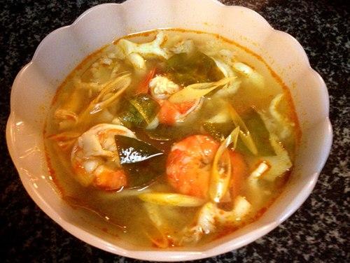 Canh Tom Yum ăn tuyệt vời nhất là khi còn nóng. Vị chua cay đặc trưng, mùi thơm của lá chanh và các loại gia vị khác sẽ làm bạn khó quên.