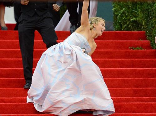 Nữ diễn viên xinh đẹp bị vấp ngã ngay bậc thềm Bảo tàng nghệ thuậtMetropolitan
