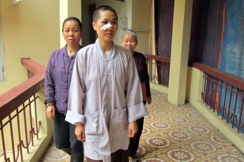 Sư Đạo cùng một số người dân tới phòng khám bệnh. Được biết, nhiều ngày nay, những người ủng hộ sư Đạo thường xuyên qua lại chăm sóc, thăm hỏi, bảo vệ vị ni sư này
