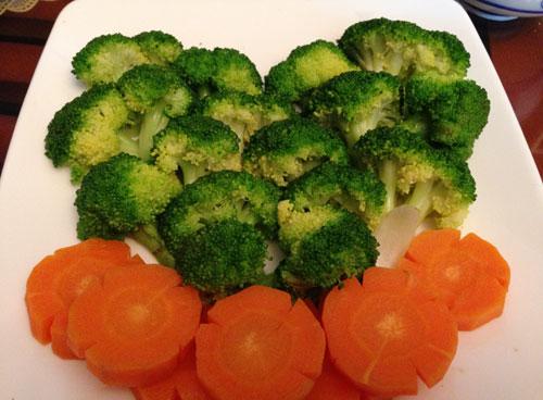 Súp lơ xanh, cà rốt luộc mềm.