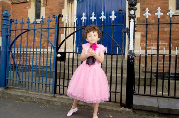 Cậu bé 5 tuổi Romeo Clarke (đến từ Warwickshire, Anh) có sở thích mặc váy, đi giày cao gót và hóa thân thành công chúa sau giờ học. Bộ sưu tập váy áo của cậu lên tới 100 chiếc, ngoài ra còn có 8 đôi giày cao gót.