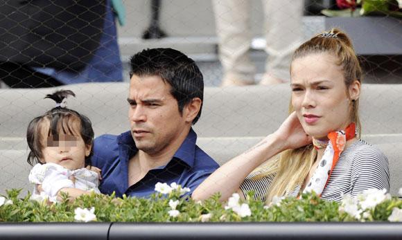 Saviola, ngôi sao người Argentina đi xem tennis cùng bạn gái xinh đẹp Romanella Amato và cô con gái nhỏ.