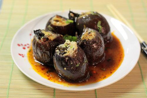 Cà mềm ngọt, được nhồi bên trong là đậu phụ, thêm nấm giòn giòn, không ngấy, có thể dùng làm món mặn hay món chay đều ngon.