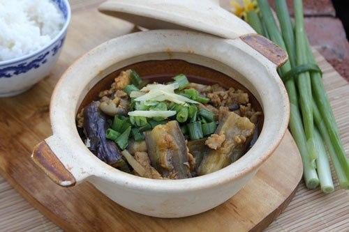 Món cà tím luôn được giữ nóng trên bếp bằng nồi đất, với cà tím thấm mềm, đậm đà gia vị, mùa lạnh vừa ăn vừa hít hà thật ngon.
