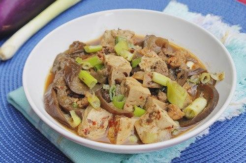 Tương đậu đen rất tốt cho sức khỏe, ăn lại thơm, được kho cùng với đậu phụ non và cà tím, dùng làm món mặn ăn với cơm.
