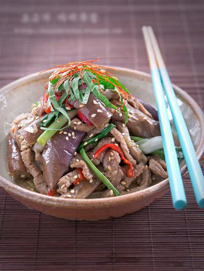 Thịt bò nhiều chất dinh dưỡng, chế biến thành món xào là dễ nhất, lần này bạn hãy thử kết hợp với cà tím, vừa nhanh vừa ngon.